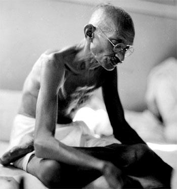 Gandhi che legge